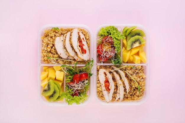 Lunch box kurczak, bulgur, mikrogreeny, pomidor i owoce. zdrowe jedzenie fitness. na wynos. pudełko śniadaniowe. widok z góry