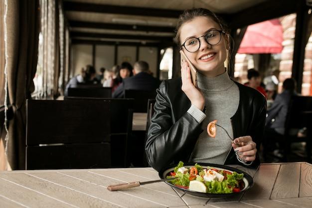 Lunch cafe oliwek kobiety jedzenia