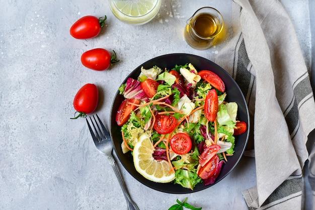 Lunch dietetyczny sałatka ze świeżych warzyw z pomidorów, sałaty