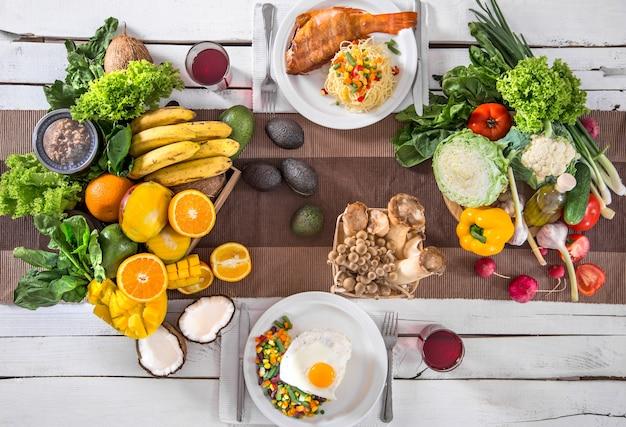 Lunch przy stole ze zdrową żywnością ekologiczną. widok z góry