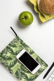 Lunch w miejscu pracy zdrowa kanapka w pobliżu laptopa na stole roboczym. jedzenie w domu dla koncepcji biura