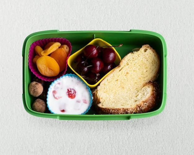 Lunchbox dla dzieci ze zdrową żywnością z chałką i suszonymi owocami
