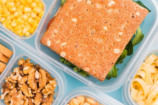 Lunchbox z bliska z krakerem
