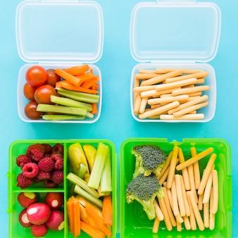 Lunchboxy z różnorodnym jedzeniem