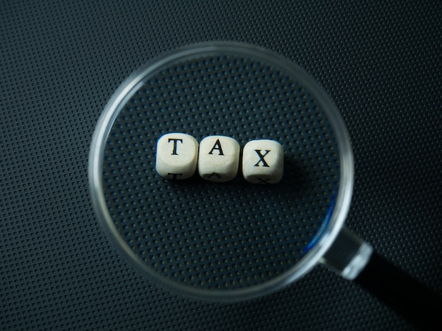 Lupa i kostka drewna podatku dla treści biznesowych
