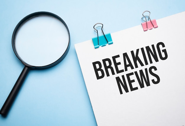 Lupa powiększająca ze znakiem breaking news