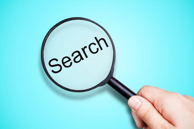 Lupa z funkcją wyszukiwania napisów
