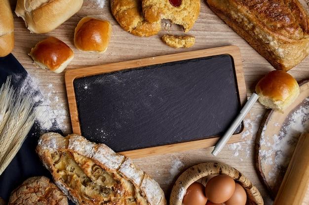 Łupkowa deska z pieczywem na drewnianym stole