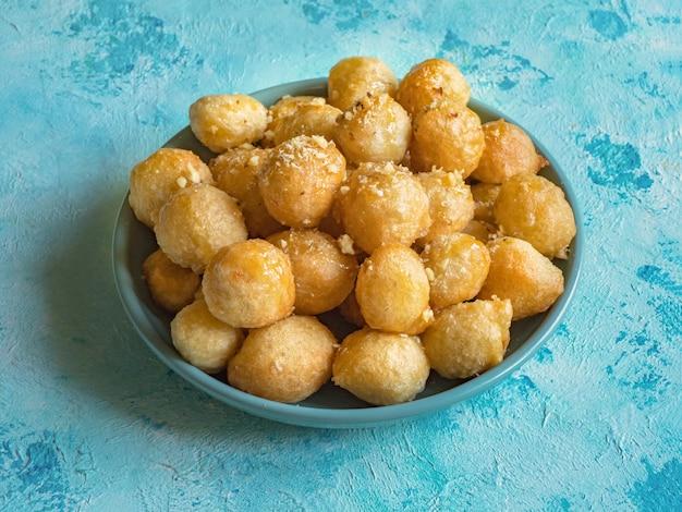 Luqaimat - tradycyjne arabskie słodkie pierogi. słodkie jedzenie ramadan.