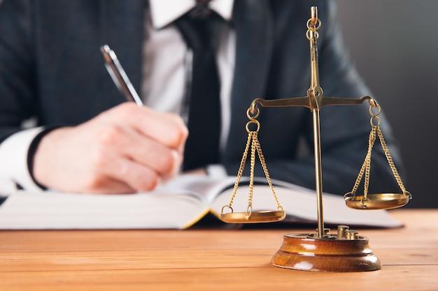 Łuska i sędzia piszą na papierze na szarej powierzchni