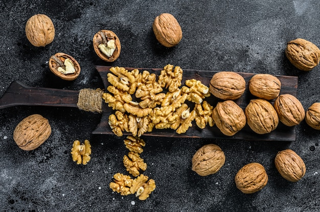 Łuskane jądra orzechów włoskich na drewnianej desce do krojenia