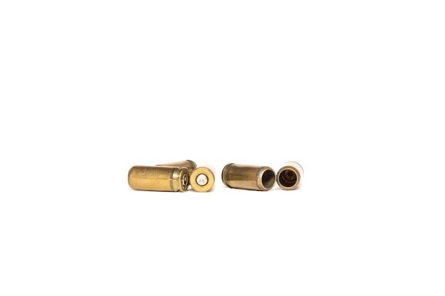 Łuski z nabojami pistoletowymi są izolowane