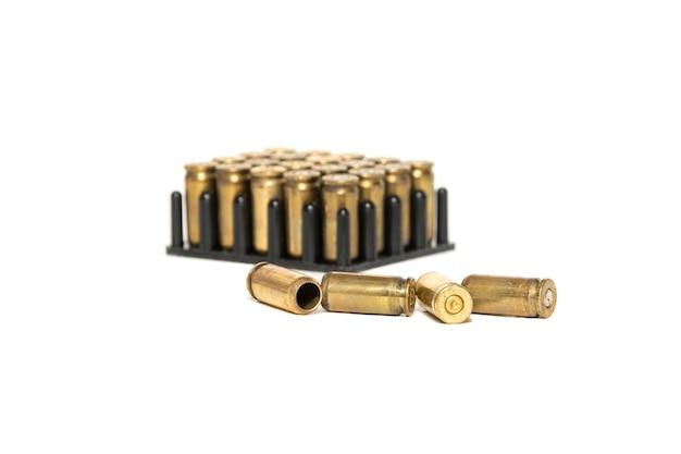 Łuski z nabojów pistoletowych są izolowane na białym tle