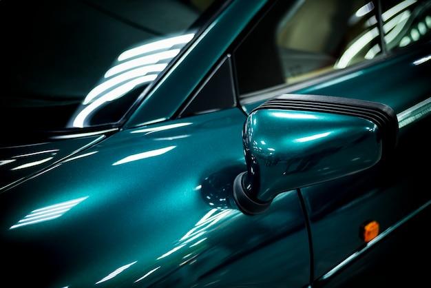 Lusterko boczne nowoczesnego samochodu wyścigowego z bliska