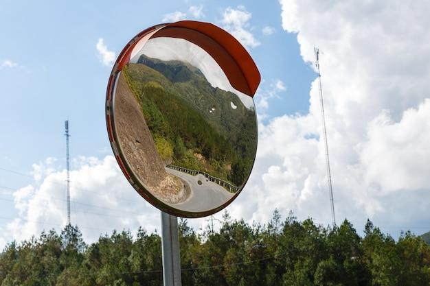 Lustro krzywej ruchu, górska droga w wietnamie