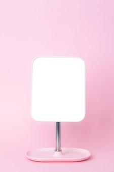 Lustro na różowej ścianie z bliska