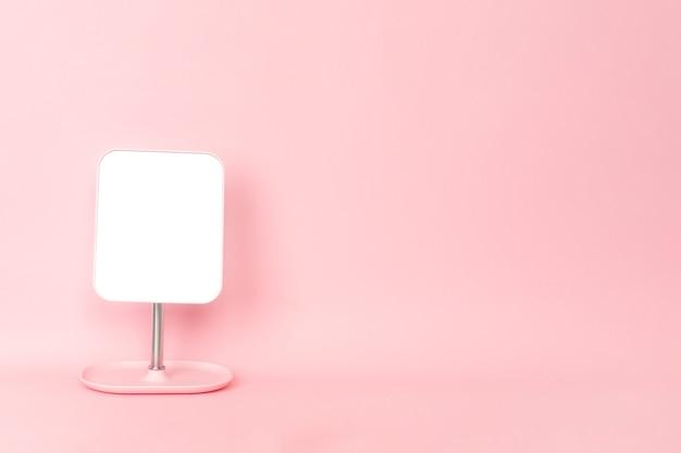 Lustro na różowej ścianie z miejscem na kopię