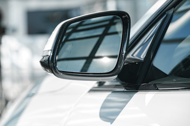 Lustro nowego luksusowego samochodu biały z bliska