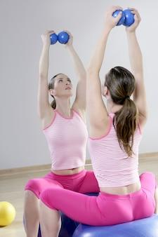 Lustro pilates siłownia kobieta tonowanie piłki siłownia sportowa