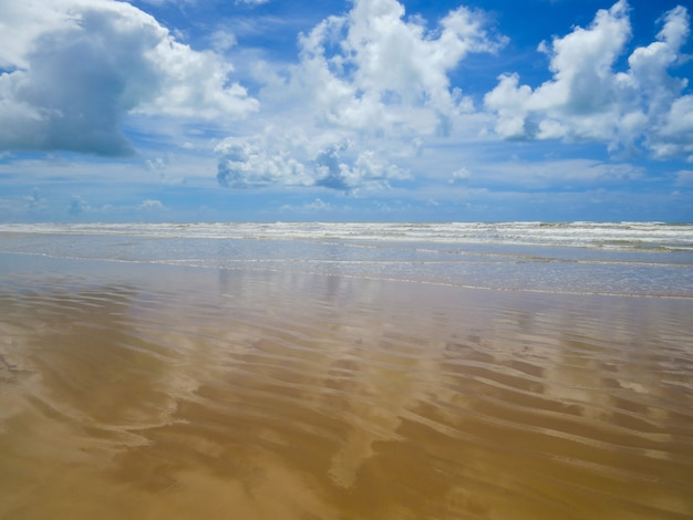 Lustro wody odbijające chmury