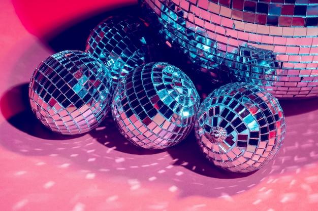 Lustrzane kule disco w kolorze różowym. impreza, życie nocne