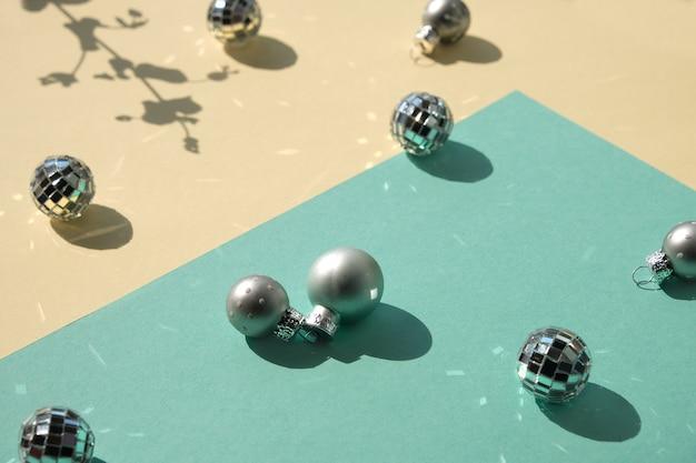Lustrzane kule i srebrne bombki świąteczne