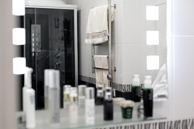 Lustrzane odbicie nowoczesnego wnętrza łazienki.