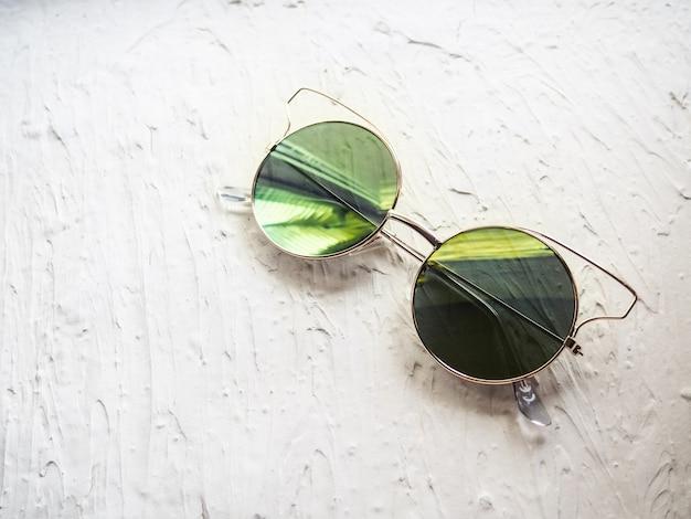 Lustrzane okulary z odbiciem na białym stole