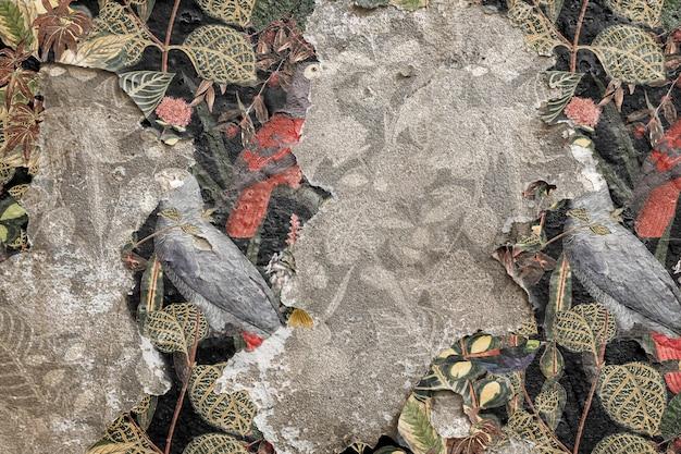 Łuszcząca się tapeta w kwiaty na betonowej ścianie