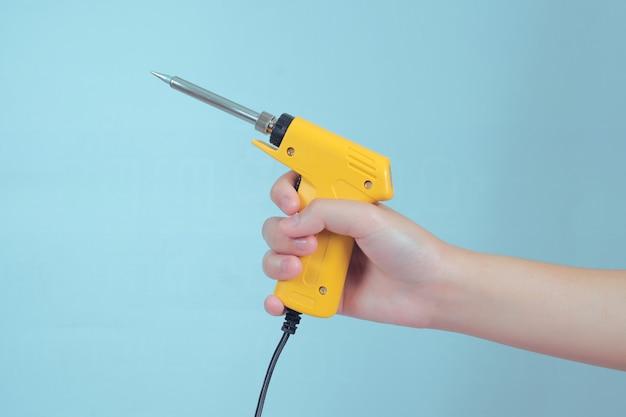 Lutowniczego żelaza pracy elektroniczny narzędzie na tle.