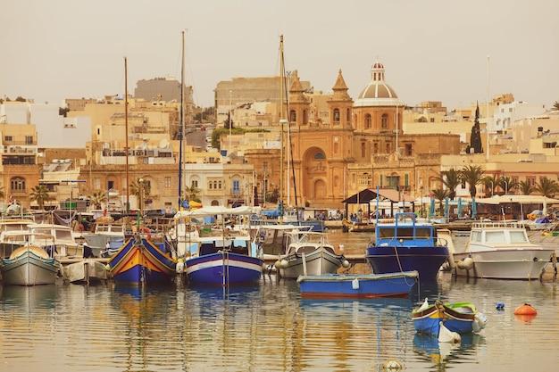 Luzzu tradycyjne kolorowe łodzie w porcie w wiosce rybackiej na morzu śródziemnym.