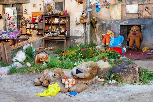 Lwów . ukraina – 22 września 2019: podwórko zagubionych zabawek we lwowie.