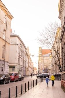 Lwów, ukraina - 28 grudnia 2020: nowy rok i boże narodzenie w europejskim mieście lwowie