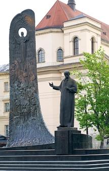 Lwów, ukraina – czerwiec 2021: latarnia na rynku we lwowie, ukraina