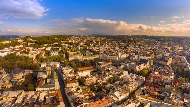 Lwów, widok z lotu ptaka. ukraińskie miasto z piękną architekturą.