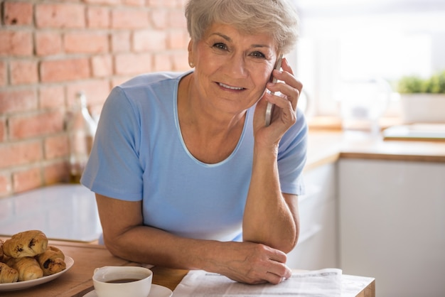 Łyk kawy i rozmowa przez telefon