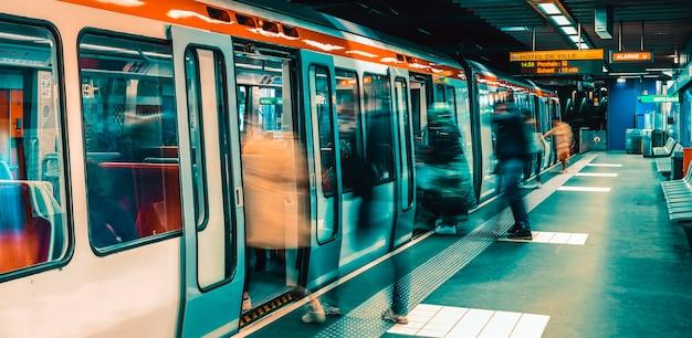 Lyon, francja: 12 maja 2019 r. - stacja metra w lyonie we francji