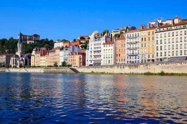 Lyon pejzaż z rzeki saony z kolorowymi domami i rzeką