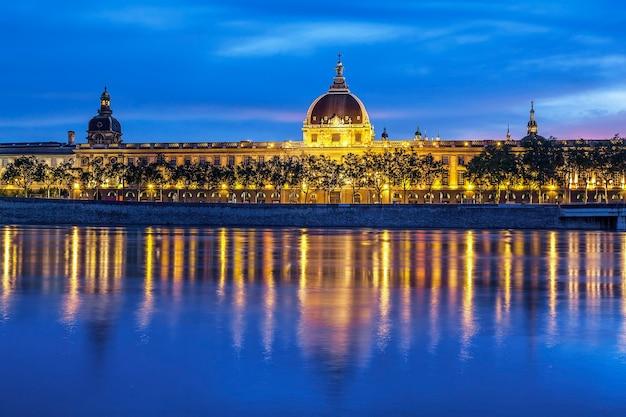 Lyon po zachodzie słońca z rzeką saone