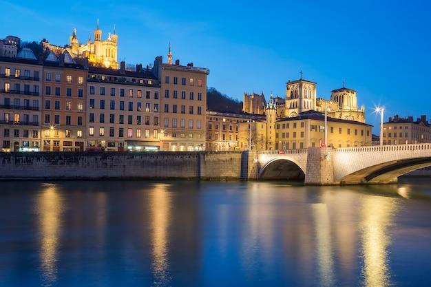 Lyon z rzeką saone w nocy, francja.