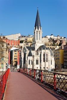 Lyon ze słynną czerwoną kładką na saonie i kościołem
