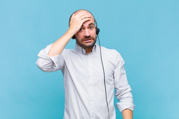 Łysy mężczyzna panikuje z powodu zapomnianego terminu, czuje się zestresowany, musi zatuszować bałagan lub błąd