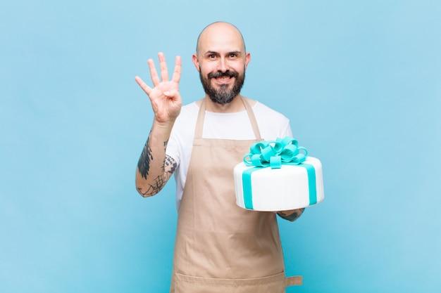 Łysy mężczyzna uśmiechnięty i wyglądający przyjaźnie, pokazujący numer cztery lub czwarty z ręką do przodu, odliczający