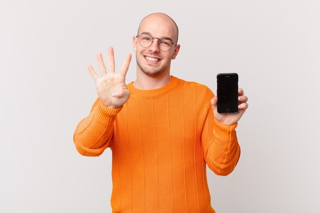 Łysy mężczyzna ze smartfonem