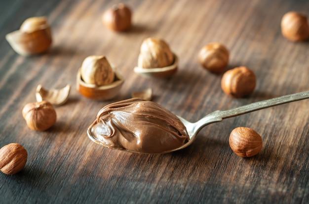 Łyżka pasty czekoladowej z orzechami laskowymi