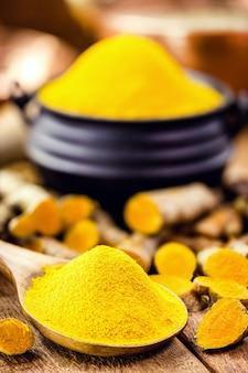 Łyżka proszku z kurkumy, przyprawa kulinarna, znana również jako kurkuma