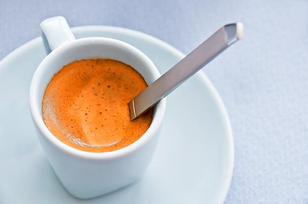 Łyżka w filiżance kawy espresso