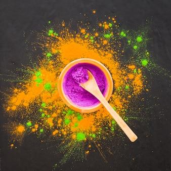 Łyżka w misce z fioletowym proszkiem