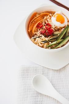 Łyżka w pobliżu azjatyckiej zupy