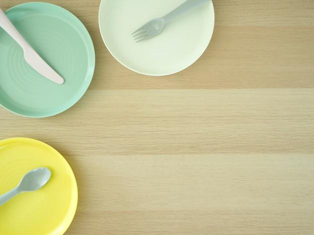 Łyżka widelec nóż kolorowy na drewnianym